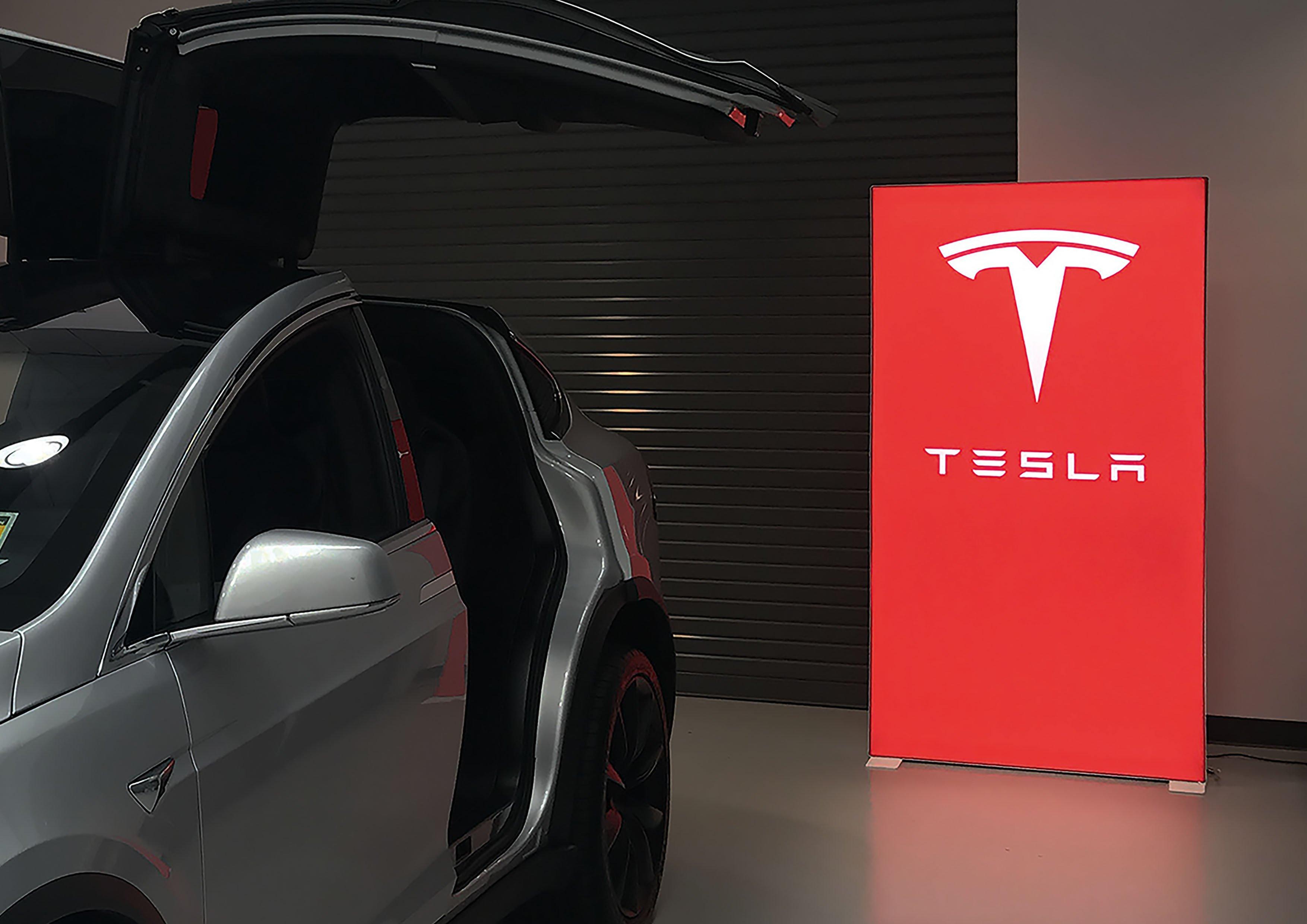 PIXLIP GO_Anwendungsbeispiel_Tesla.jpg
